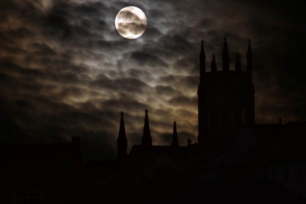 不気味な月夜