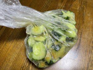 きゅうりと調味料を袋に全て入れます